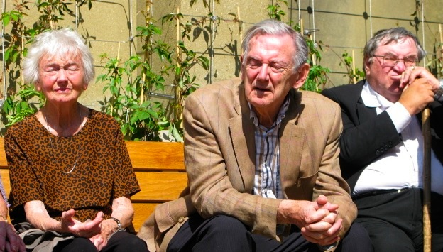 Local residents enjoying afternoon sunshine in the Marchmont Street Community Garden (© London Intelligence)