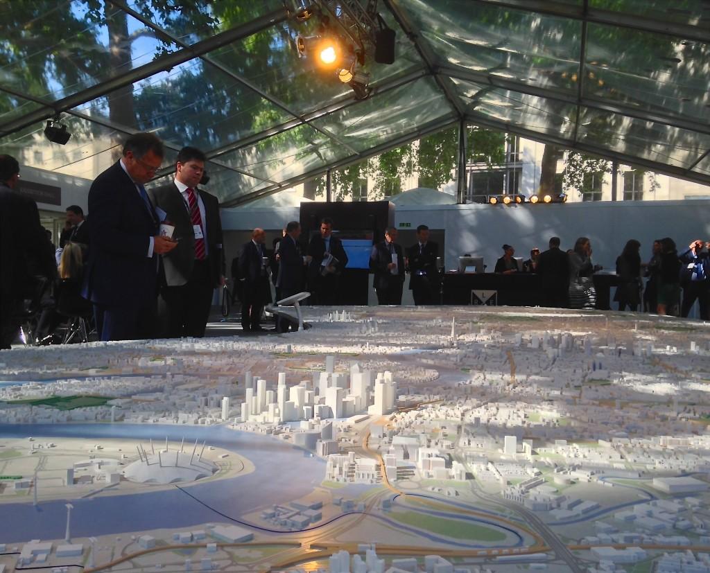 LREF 2015 delegates talk over Pipers' London model © London Intelligence 2015